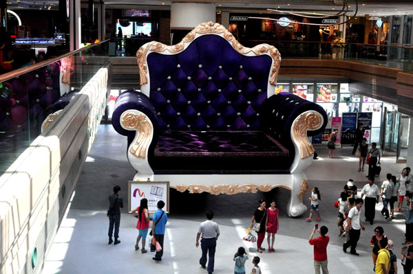 worlds-biggest-sofa